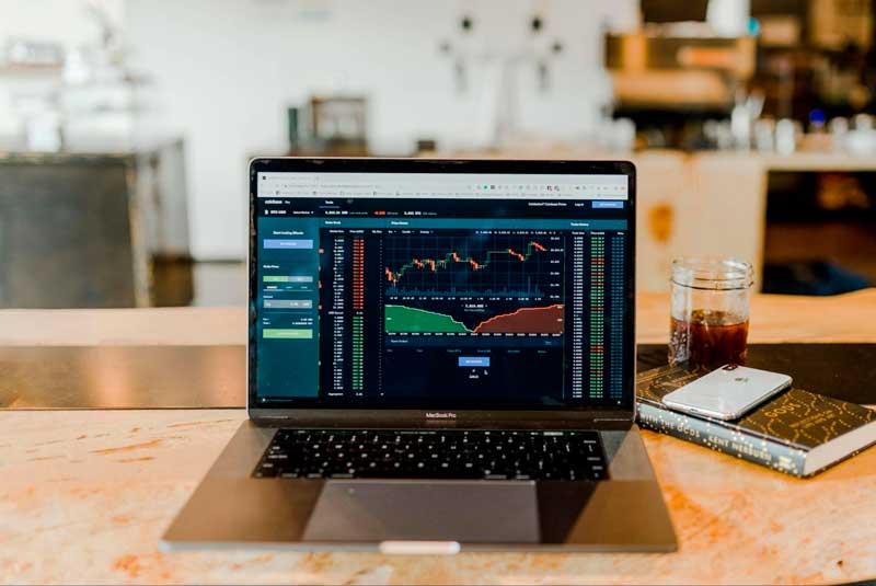Utilizando um home broker, você pode acompanhar a cotação das ações da Apple em sua casa.