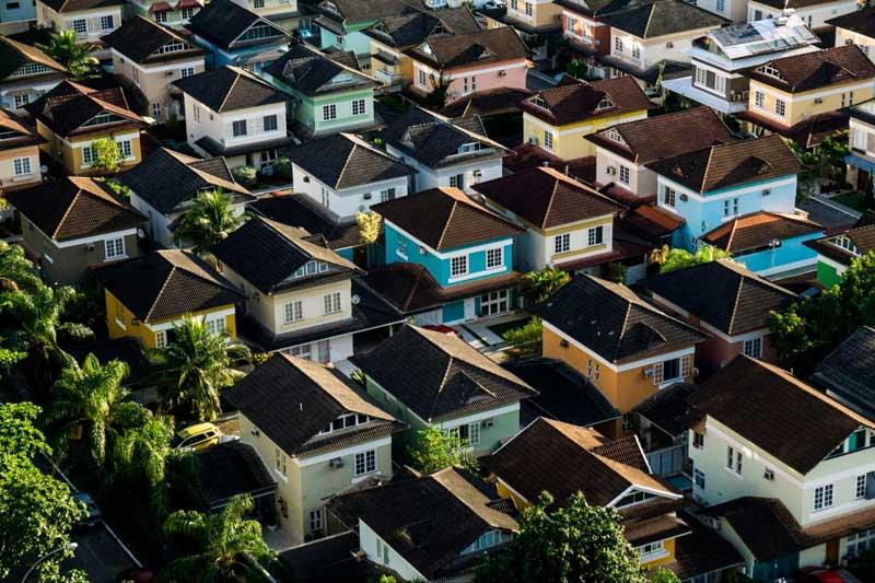 Como Investir na Bolsa para Iniciantes - O investimento em FIIs te permite se tornar sócio de fundos que gerem conjuntos habitacionais, shoppings, galpões, depósitos, e muito mais!