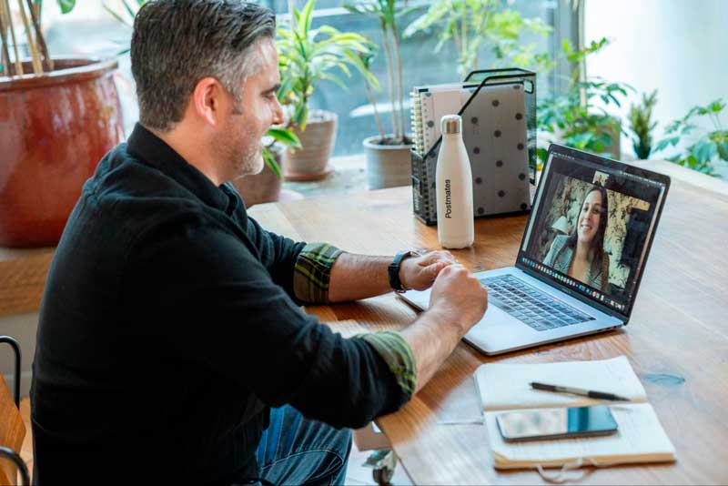 Os cursos para aplicar em ações têm aulas remotas, que você pode fazer no conforto de sua casa.