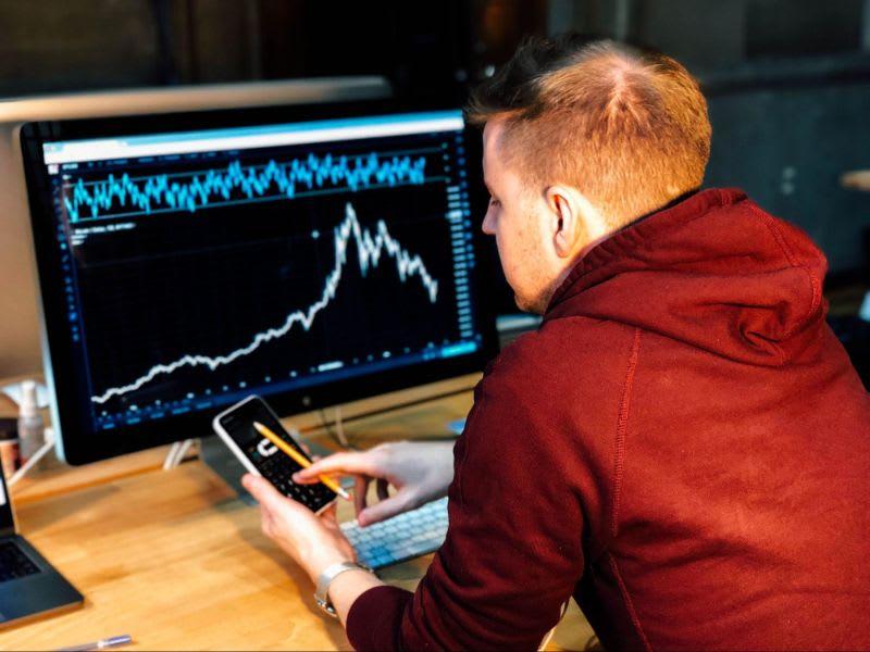 Você pode investir em ações small caps em seu home broker, da mesma forma que compra e vende outros ativos.