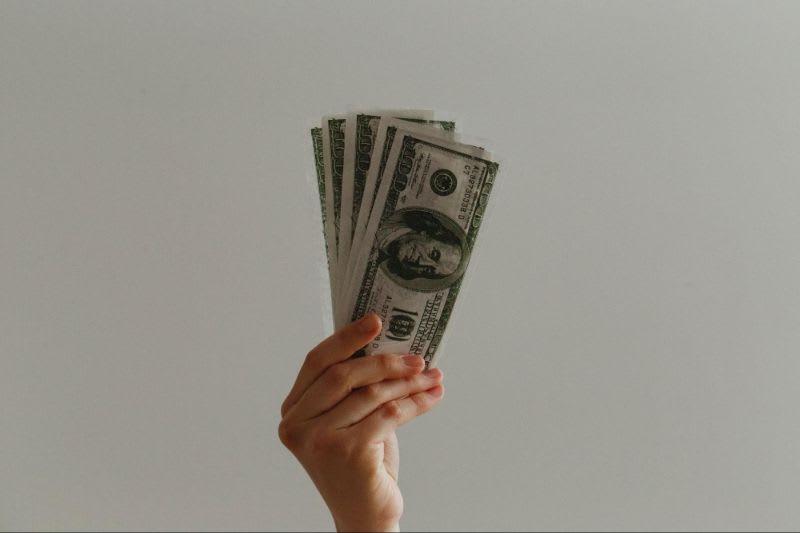 O que é BM&F - O contrato futuro de dólar pode ser um ativo interessante na situação descrita. Já que o foco seria a preservação do capital, os riscos seriam menores