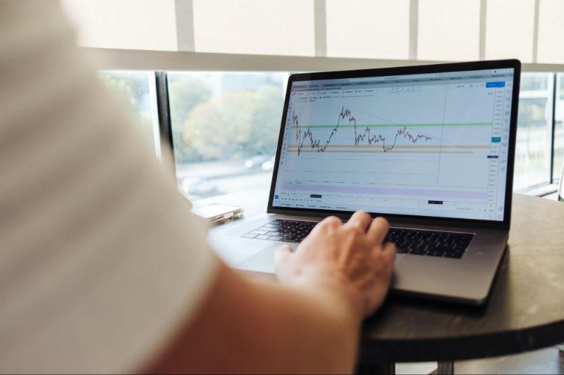 O que é BM&F - Ao operar contratos futuros, o investidor pode buscar lucrar com quedas e valorizações de ativos