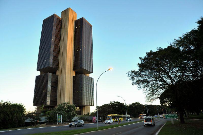 O que é DI: O Banco Central (cuja fachada está representada na imagem), ao definir a Selic, influencia diretamente no valor da Taxa DI