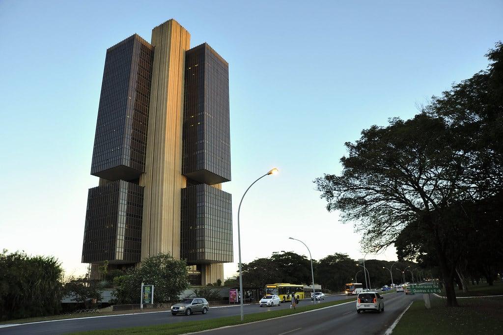 Código do mini dólar - O Banco Central detém grande influência no preço do dólar dentro do Brasil.