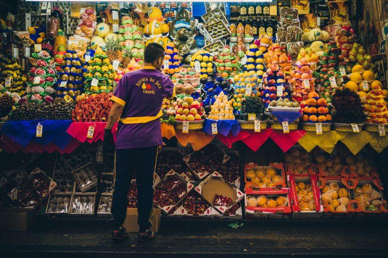 Em diversos pontos uma banca de frutas lembra a dinâmica de um pregão de bolsa
