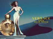 Vive la irresistible seducción de Eros Pour Femme, de Versace