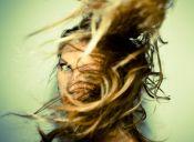 Cómo controlar el exceso de volumen en el pelo liso