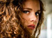 Cómo bajar el volumen del cabello ondulado