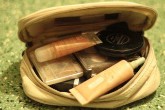 Brocha, esponja o dedos: ¿cuál es mejor para la base líquida?