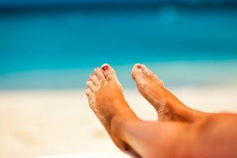 ¿Cómo tratar tus pies resecos y cuidarlos?