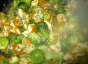 Prepara salteado de pollo con repollitos de bruselas