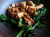 Prepara espinacas al ajillo picante y tofu con sésamo caramelizado