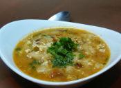 Prepara una sopa de ajo con huevo y pan tostado