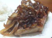 Prepara chuletas con cebollas caramelizadas a la miel