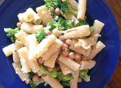 Prepara fideos con brócoli y garbanzos