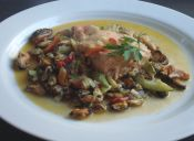 Preparar salmón en cama de verduras y mariscos