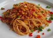 Cocinar spaghetti con salsa de pimentón y choclo