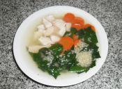 Cocinar sopa de pollo con quínoa, espinaca y zanahoria