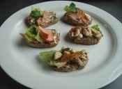 Preparar tapas de salmón ahumado y pollo