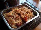 Preparar gratinado de papas con salsa de tomates