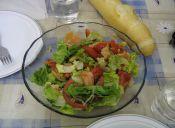 Ensalada multicolor de salmón y mariscos