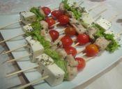 Brochetas de queso de cabra, tomates cherry, pollo y albahaca