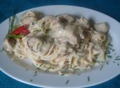 Espagueti con salsa de crema, pollo, ciboulette y morrón