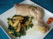 Pollo salteado con espinacas y piñones