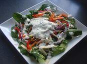 Ensalada arcoíris con salsa de cilantro al ajo