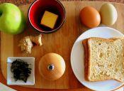 Desayuno energético: huevo en canasta acompañado de jugo y té antioxidante