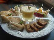 Brunch: Mini tortillas de jamón y verduras, brochetas de fruta, pan con huevo poché, tostadas y jugo