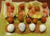 Prepara una ensalada de cogollos de lechuga con camarones y tomates cherry