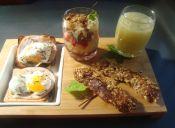 Disfruta de un rico Brunch: Tostadas de jamón, huevos a la copa, crunch de fruta, barras de avena y smoothie de frutas