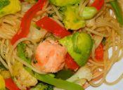 Tallarines salteados con soya y verduras