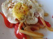 Cómo hacer un Huevo frito en cama de Vegetales