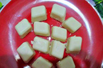 Prepara chocolates blancos con coco rallado