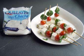 Prepara brochetas de tomate cherry, Queso Chacra y albahaca