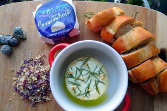 Picoteos de año nuevo: Queso Camembert al horno con romero y ajo