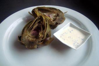 Prepara alcachofas con dip de yoghurt y eneldo