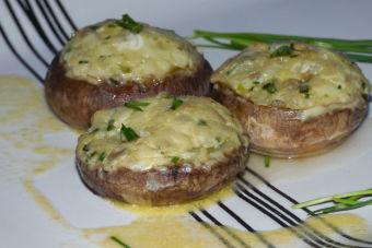 Prepara portobellos rellenos con queso azul