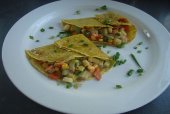 Prepara panqueques de curry rellenos con verduras a la crema