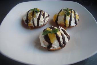 Prepara bizcochos de yogurt relleno con salsa de mango