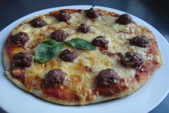 Prepara una pizza con albóndigas