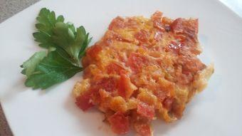 Prepara domatokeftedes (tomates fritos griegos)