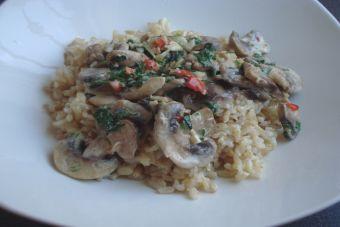 Prepara arroz integral con champiñones al ajillo
