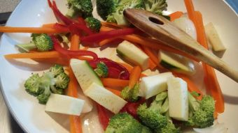 Prepara fideos de arroz fritos con verduras salteadas