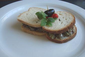 Prepara un sándwich de alcachofa y tártaro