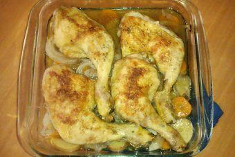 Prepara un pollo en una cama de verduras