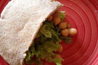 Prepara un sándwich de garbanzo y atún