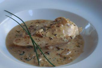 Preparar pollo en salsa de albahaca y queso